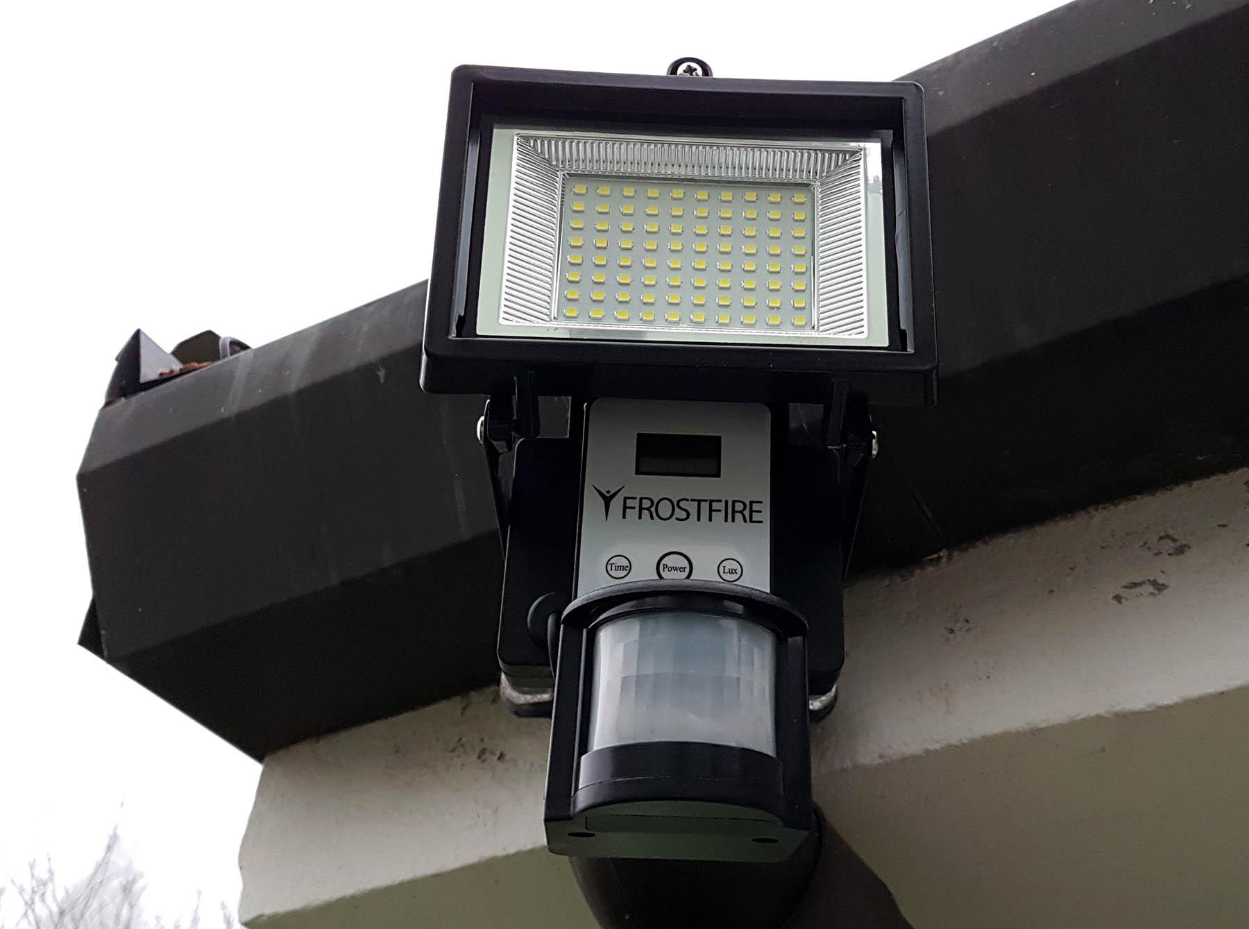 Faro a 80 LED Frostfire con pannello solare